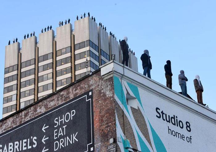 84 sculture in cima ad un edificio a Londra per portare consapevolezza sul suicidio