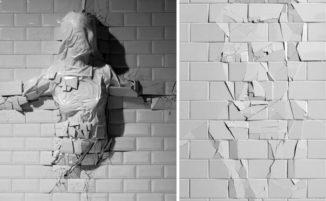 Sculture in bassorilievo da cui fuoriescono forme umane