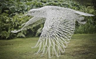Natura e fantasia si fondono nelle sculture d'acciaio di Martin Debenham