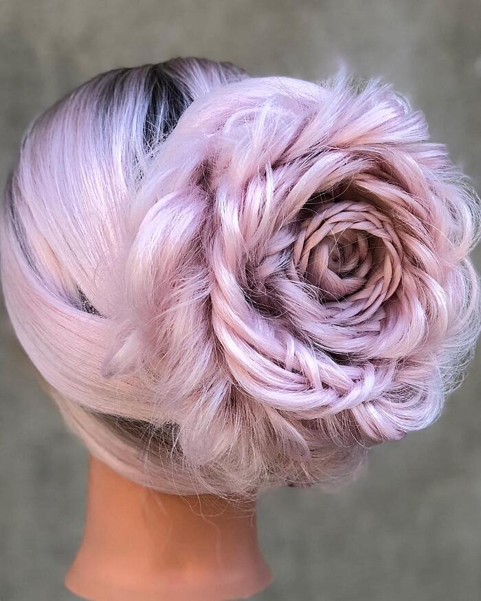 Rose che sbocciano dai capelli: le acconciature floreali di Alison Valsamis