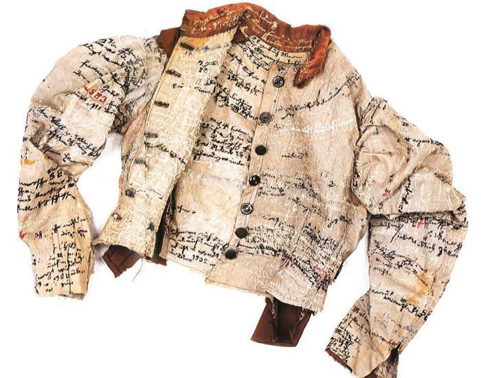 Camicia di forza del XIX secolo usata come un diario su cui ricamare i tormenti dell'anima