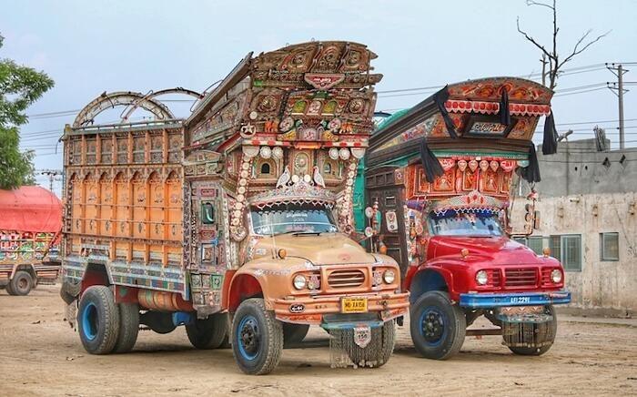 La tradizionale arte di decorare i camion del Pakistan