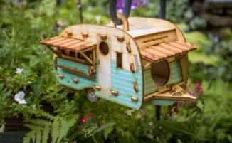 Bellissime miniature di roulotte vintage diventano case per gli uccelli