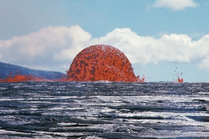 Una foto spettacolare cattura una rarissima cupola di lava alta 20 metri nelle Hawaii