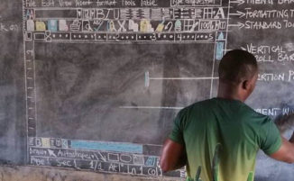 Insegnante creativo in Ghana insegna il computer interamente sulla lavagna
