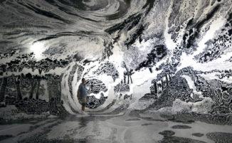 Artista realizza un disegno immersivo a 360 gradi utilizzando 120 pennarelli