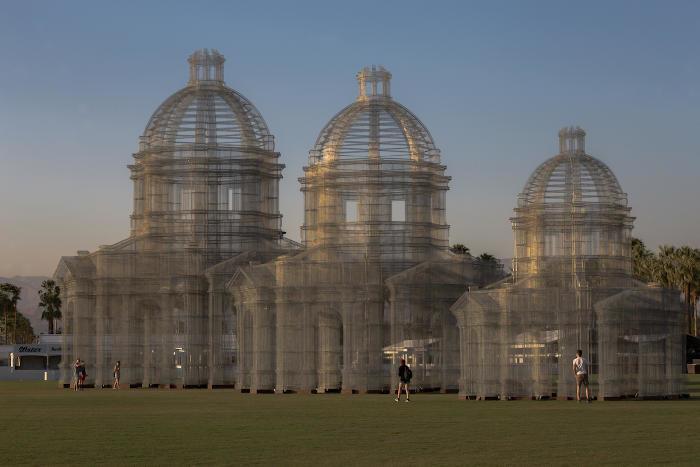 Enormi cattedrali evanescenti: l'incredibile installazione di Tesoldi al Coachella 2018
