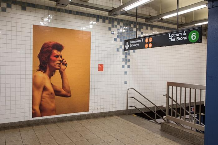 Installazione Omaggio David Bowie Metro New York Brooklyn
