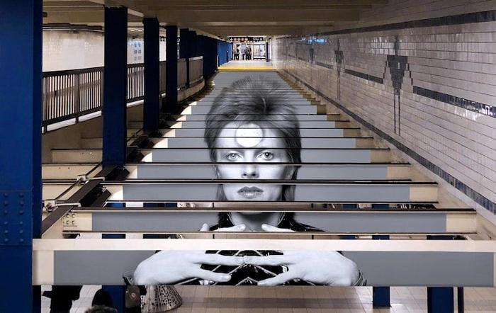 Un'installazione tributo a David Bowie nella stazione della metropolitana di New York