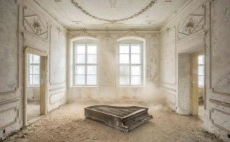 Viaggia attraverso l'Europa alla ricerca di pianoforti dimenticati in luoghi abbandonati