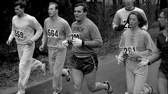 La prima donna a correre la maratona di Boston fu quasi presa a calci per questo