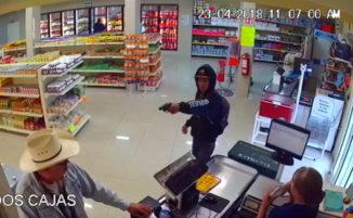 Ladro armato nel supermarket: cliente si toglie gli occhiali e agisce