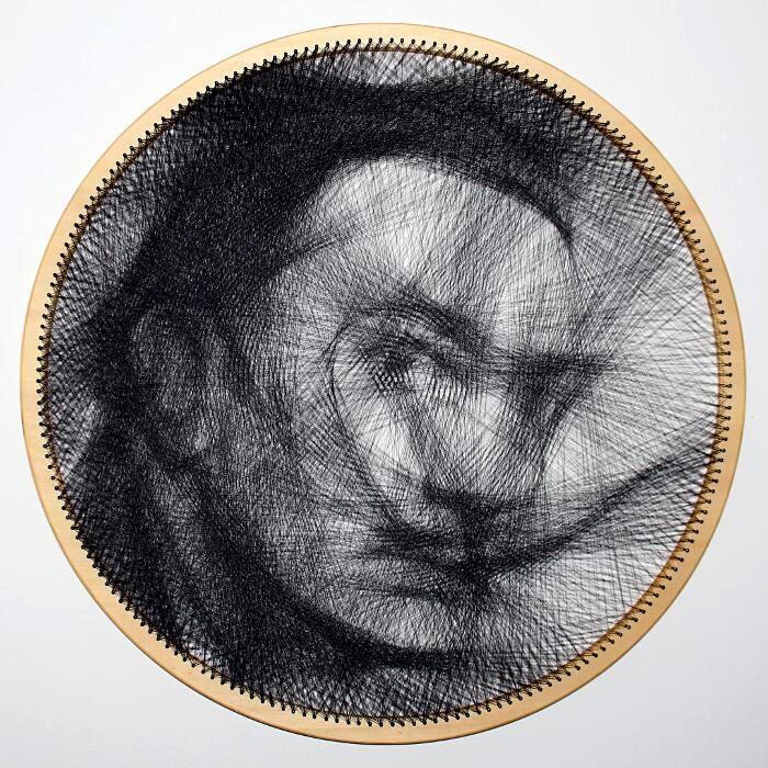 Artista crea ritratti avvolgendo un solo un filo su un telaio