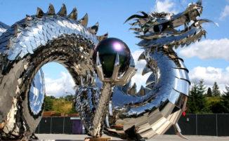 Enormi sculture in acciaio inossidabile altamente riflettenti