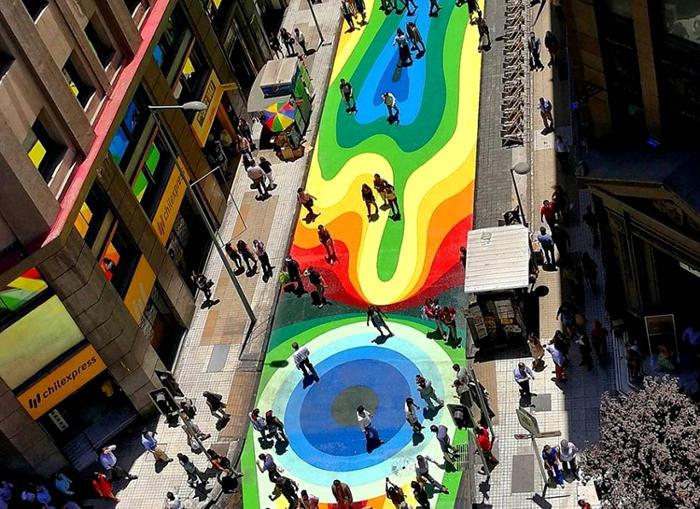 Una trafficata strada in Cile si trasforma nell'area pedonale più colorata del mondo