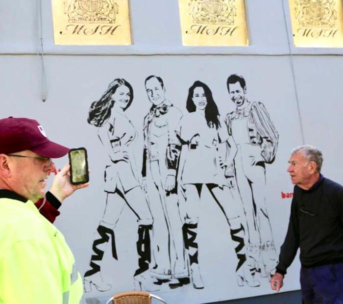 A Londra un nuovo murale raffigura la famiglia reale come gli ABBA