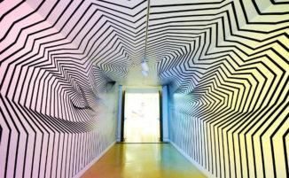 Artista distorce la percezione spaziale usando del semplice nastro adesivo