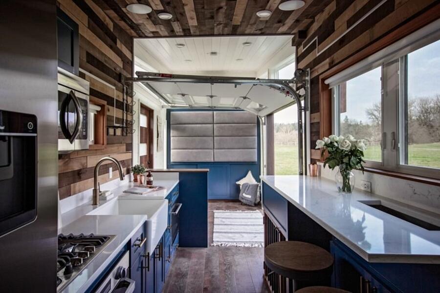 Una micro casa con una parete mobile per le feste con gli for Piccola fattoria moderna