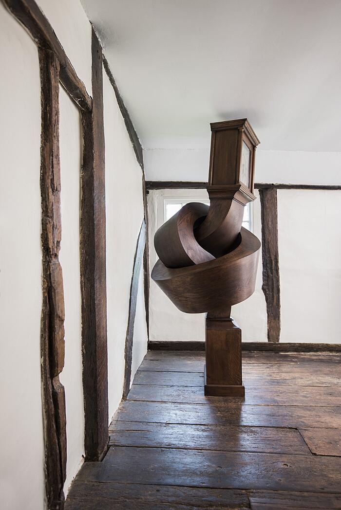 Un antico orologio a pendolo trasformato un una scultura contemporanea