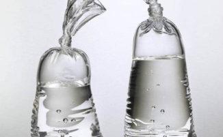 Sembrano sacchetti di plastica che contengono acqua, invece sono sculture di vetro