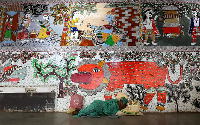 Centinaia di artisti indiani dipingono la stazione ferroviaria con opere d'arte tradizionale