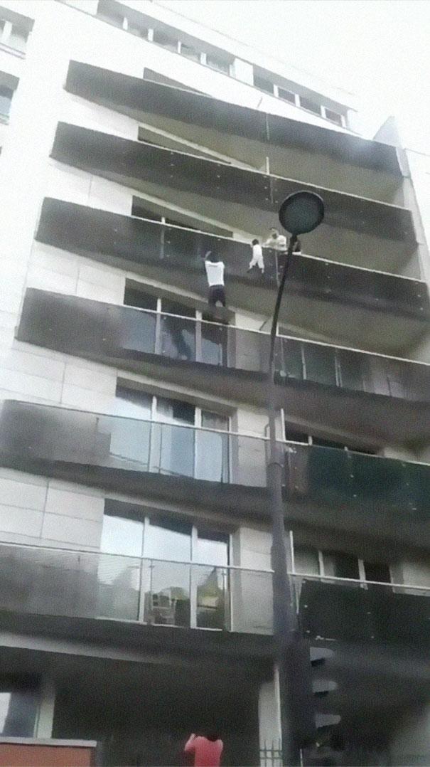 Uomo immigrato Salva Bambino Mamoudou Gassama Parigi