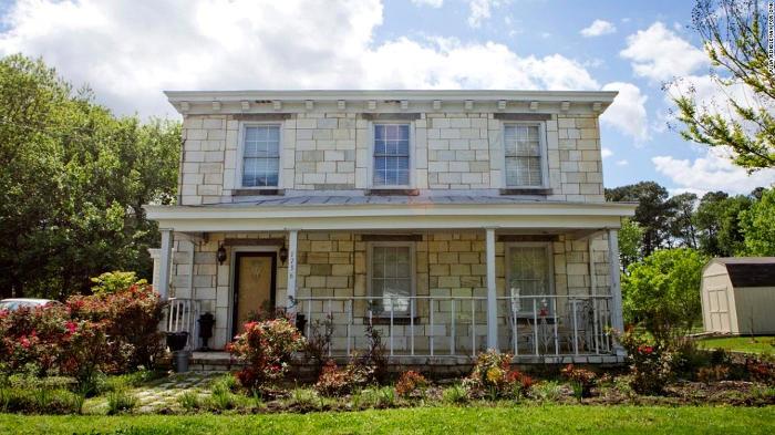 Tombstone House: la casa costruita con le lapidi