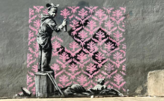 """Banksy """"attacca"""" Parigi con acute critiche politiche ed un esercito di ratti"""