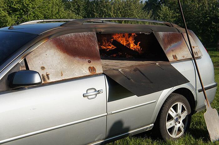 Una vecchia auto trasformata in forno a legna per la pizza