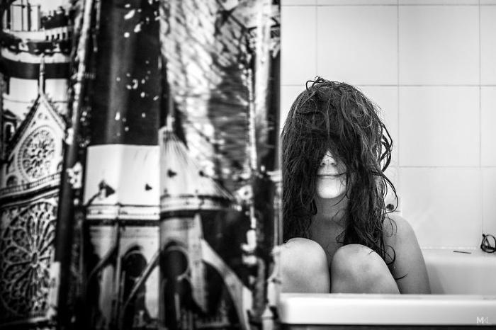 Fotografo documenta i modi divertenti in cui la sua ragazza prova a nascondersi dalla fotocamera