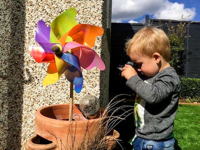 Papà regala al figlio di 19 mesi una vecchia macchina fotografica, ecco le sue foto: