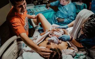 Un parto che mette fine ad una gravidanza sofferta, le foto e la sorpresa finale