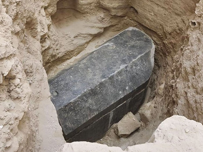 Enorme Sarcofago Nero Scoperto In Egitto