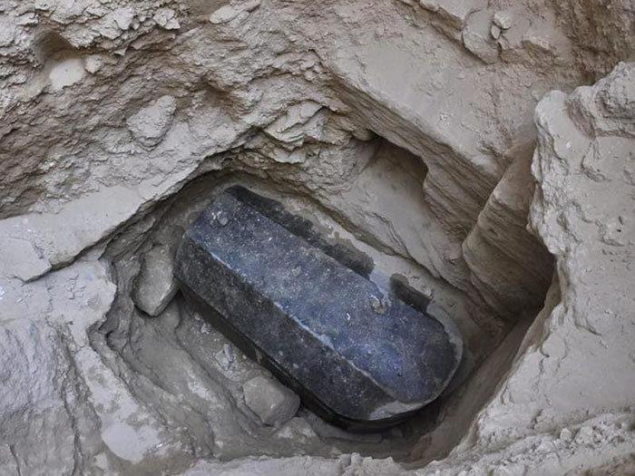 Scoperto un massiccio sarcofago nero in Egitto e Internet sta andando fuori di testa