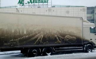 """Auto e camion sporchi """"vandalizzati"""" nel modo più inaspettato, la street art di ProBoyNick"""