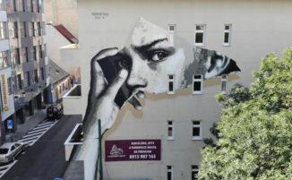 """Due occhi scrutatori """"squarciano"""" un edificio di Bratislava"""