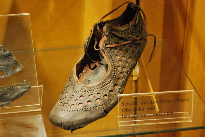 super popular 02375 ed5e8 Scoperta in un pozzo una bellissima scarpa romana di 2000 ...