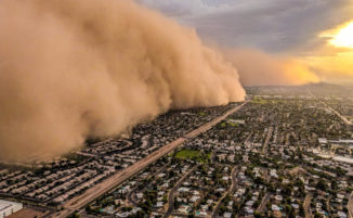 Incredibili foto di una tempesta di sabbia riprese da un elicottero in fuga