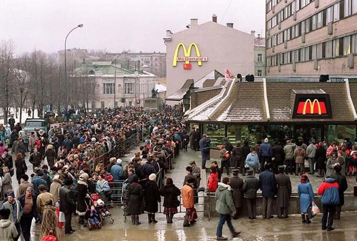 Nel 1990 inaugura il primo McDonald's di Mosca, 27 foto documentano tutta la follia dell'evento