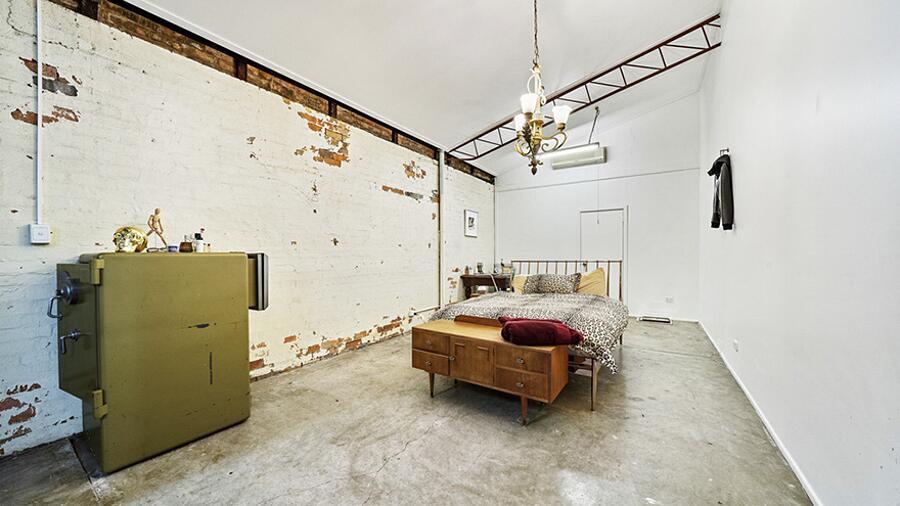 Magazzino trasformato in casa di lusso dall stile industrial.