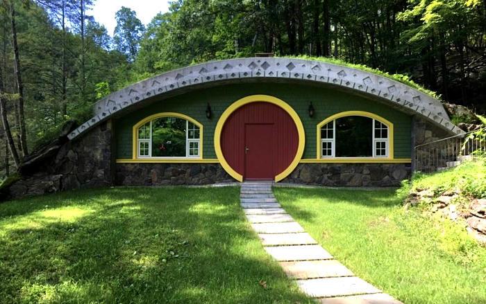 Un uomo passa 6 anni a costruire una casa in stile hobbit energeticamente autosufficiente