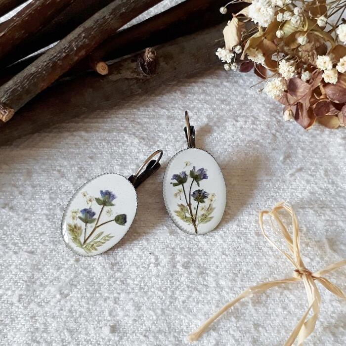 Gioielli ispirati alla natura con veri fiori catturati nella resina