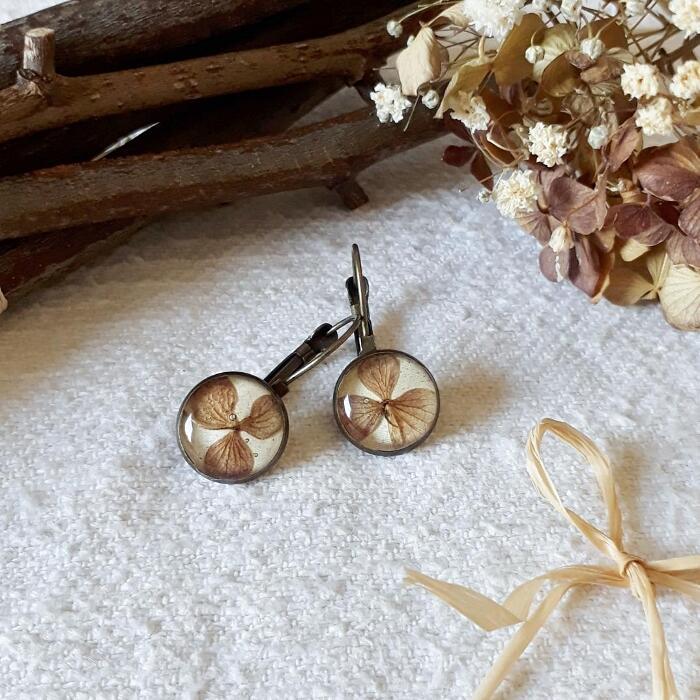 Gioielli in resina con veri fiori secchi