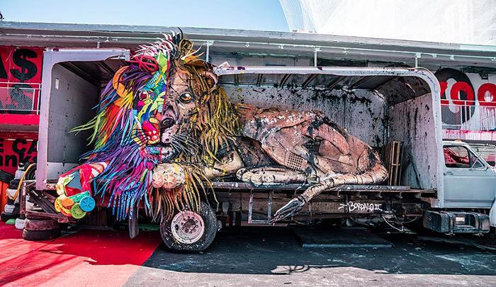 Enormi animali fatti di rifiuti interpretano la parodia di uno zoo