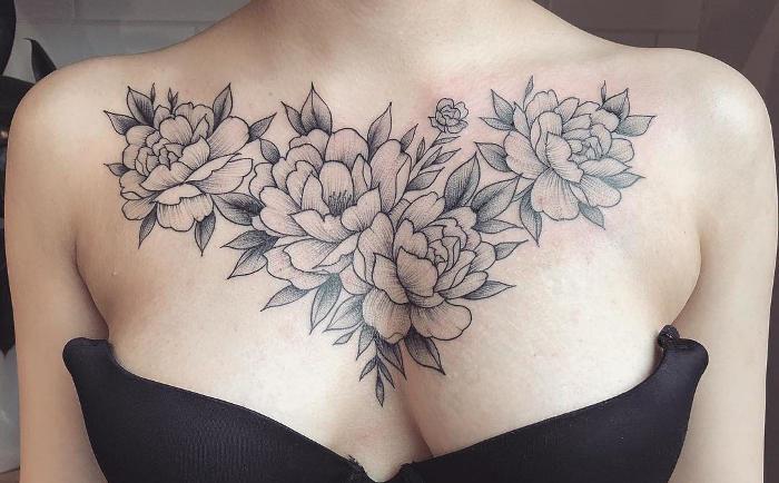 Tatuaggi monocromatici catturano la bellezza delicata dei fiori