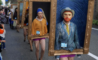 Si vestono da dipinti famosi per una sfilata di Halloween, in Giappone