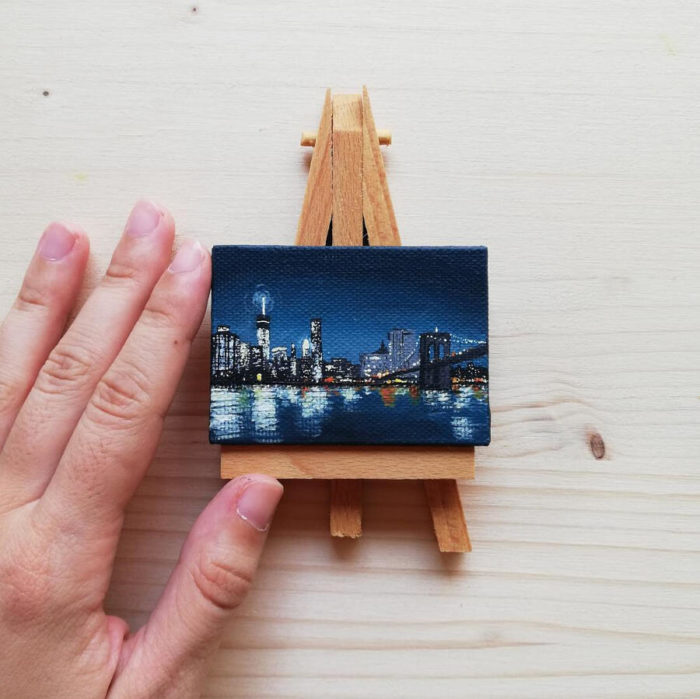 Opere d'arte tascabili: le mini tele dipinte a mano di Ilaria Lafronza
