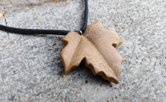Gioielli e oggetti in legno intagliati a mano