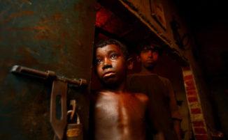 Angeli all'inferno: fotoreporter cattura la tremenda realtà del lavoro minorile