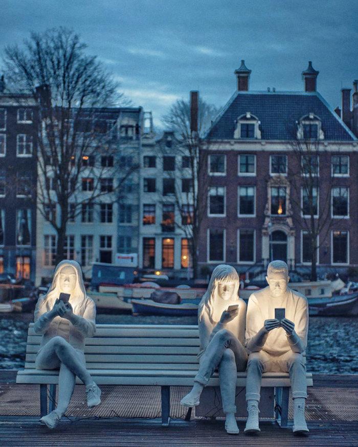 Ad Amsterdam una scultura che mostra la nostra ossessione per gli smartphone